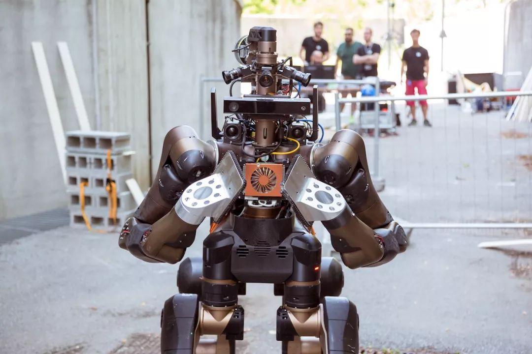 """意大利打造""""半人马""""机器人,走得比人稳、干得比狗多"""